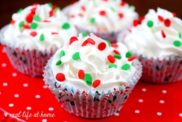 Super cute cupcake-shaped Christmas bath bombs - recipe at Real Life at Home